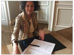 Photo de Suzanne Chami, Déléguée Générale d'IDEAS signe la charte